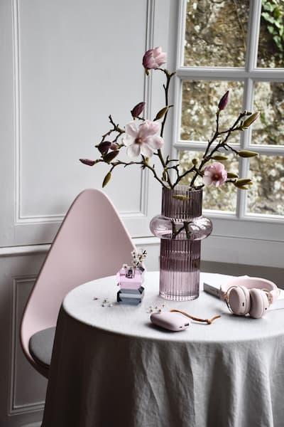 Różowy wazon na stole