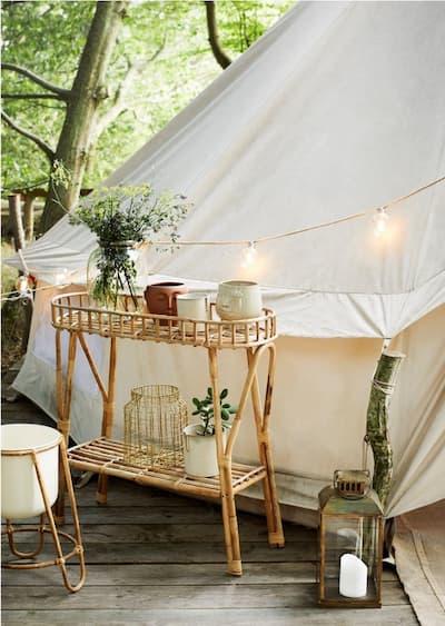 Doniczki w kształcie głowy w ogrodzie przy namiocie