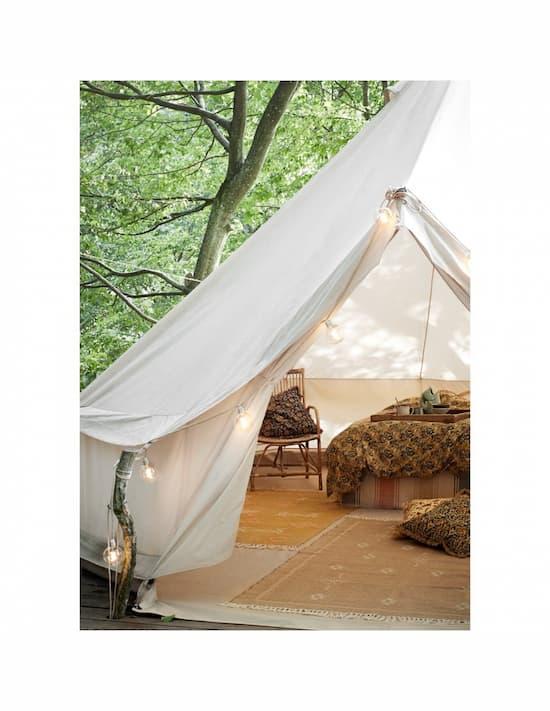 Dywany z frędzlami w namiocie