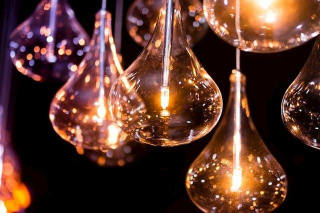 Szklane lampy z żarówkami