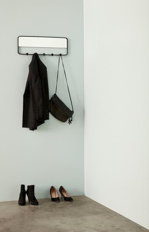 Wieszak na kurtki z lustrem w przedpokoju